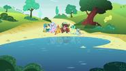 S08E01 Uczniowie przyjaźni siedzą przy jeziorze