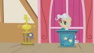 S01E04 Pani burmistrz pokazuje puchar dla Applejack