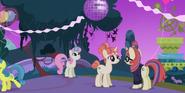 S05E12 Moondancer rozmawia z siostrą na przyjęciu