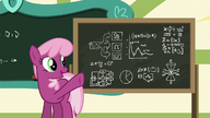 S06E14 Cheerilee wskazuje na tablicę