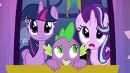 S06E25 Twilight, Spike i Starlight wyglądają przez okno