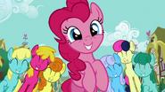 S02E18 Pinkie wywołuje uśmiech na wielu twarzach