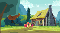 Apple siblings walking to Goldie Delicious' house S7E13