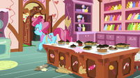 Mrs. Cake rushing out of the kitchen S9E23