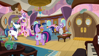 Sparkle family marveling at their cabin S7E22