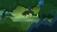 Daring Do sneaking through the forest S4E04