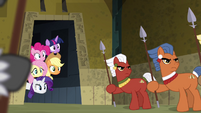 Main ponies peeking on the ritual S4E04