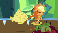 Applejack sprayed with soup S03E10