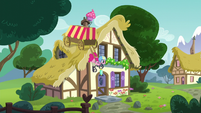 Pinkie with delivery cart on the roof S5E19