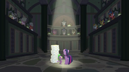 S08E01 Twilight i Spike w sali EEA