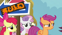 Scootaloo watches her parents walk by S9E12
