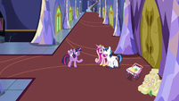 Twilight shares her lesson with Shining and Cadance S7E3