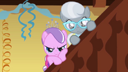 S01E12 Silver i Diamond Tiara przyglądają się z ukrycia