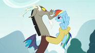 S05E22 Discord trzyma Rainbow