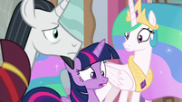Twilight looking puzzled down the hall S8E26