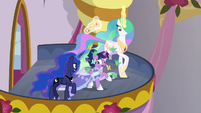 Twilight overwhelmed by birds and spiders S9E26