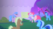 1000px-Pinkie playing with ponies at the Gala S1E26