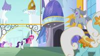 Pinkie Pie and Rarity enter Canterlot S6E12