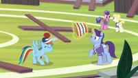 Rainbow bounces buckball on her head S9E15