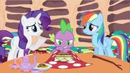 S02E21 Rarity i Rainbow chcą przekonać Spike'a do zmiany zdania