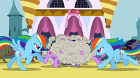 The ponies fight the changelings S2E26