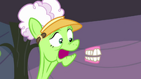 Applesauce's teeth chatter out of her mouth S3E8