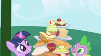The Apple Family keeps stacking food on the table S1E01