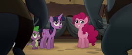 Twilight and Pinkie looking at Klugetowners MLPTM