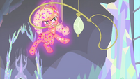 Flying Applejack takes out her lasso MLPS2