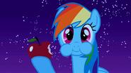 S01E24 Rainbow Dash je jabłko