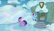 S06E24 Twilight Sparkle i zaspana Rainbow Dash wychodzą z klasy