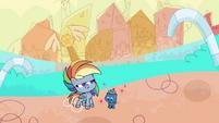 Smallfry admiring Rainbow Dash PLS1E2a