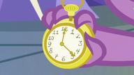 S9E26 Zegarek na ręku Spike'a