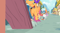 Scootaloo scooting on the plank S4E05