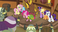 Pinkie plays music for friends and auidence S8E18