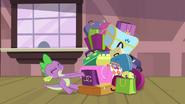 S04E08 Spike próbuje ciągnąć walizki