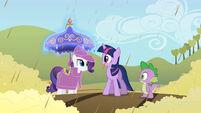 S02E01 Spike, Twilight, Rarity i jej strój przeciwdeszczowy