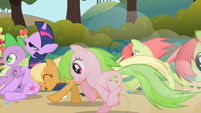 Apple Family pushes Twilight and Spike S01E01
