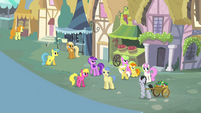 Crowd of ponies singing S4E12