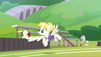 Pizzelle catches buckball with her wing S9E15