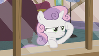 Sweetie Belle peering through the window S6E19