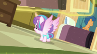 Flurry Heart looking under Aquamarine's bed S7E3