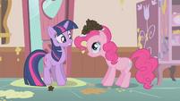 Pinkie Pie offers Twilight a cupcake S01E12