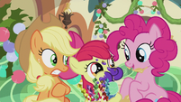 S05E20 Applejack, Pinkie i Apple Bloom w pociągu