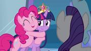 Pinkie Pie abraçando Twilight EG.png