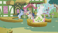Ponies at lunch S5E9