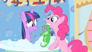 S01E15 Pinkie wyciąga Gummy'ego z wanny