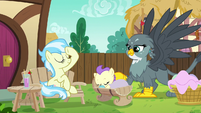 Gabby helps Earth pony mother with her baby S6E19