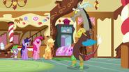 S05E22 Pinkie i Applejack śmieją się z występu Discorda