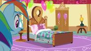 S06E15 Rainbow zauważa leżącą w łóżku Pinkie Pie
